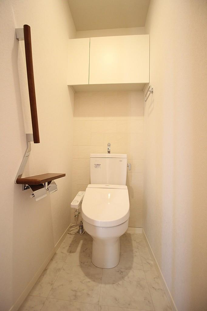 棚と手すりの付いた温水洗浄機能付きトイレ!