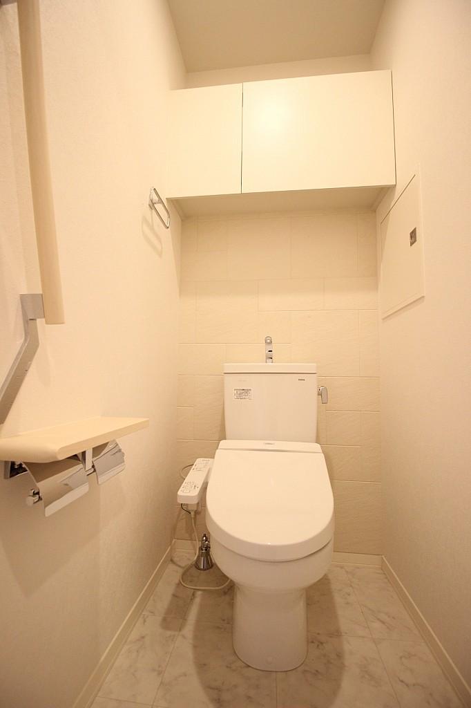 棚と手すりの付いた、温水洗浄機能付きトイレ!