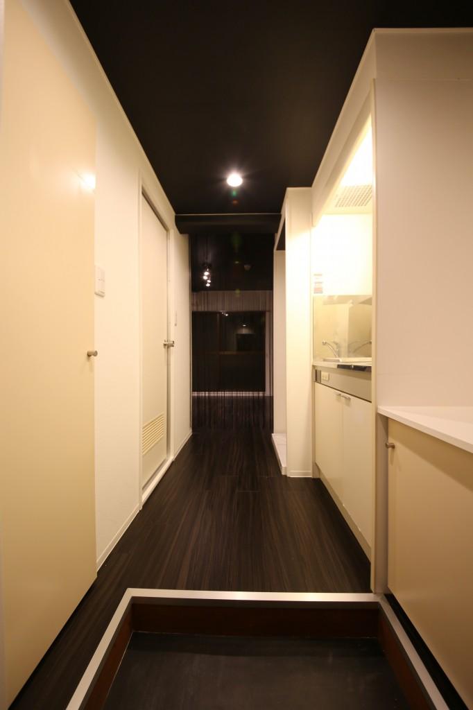 右はキッチン・左に三点ユニットです。