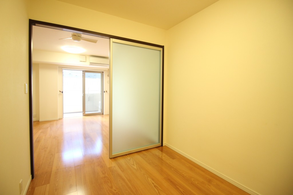 洋室とリビングの境がスライド扉なので、家具の配置が自由でオススメ♪