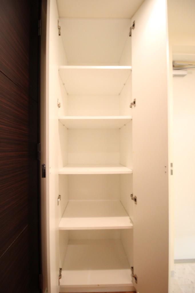 玄関には、シューズボックスの他に戸棚が付いています!