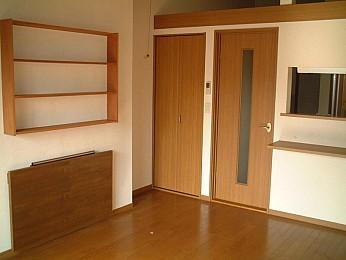 ◆居室内◆ 造り付けの棚とテーブルがあります