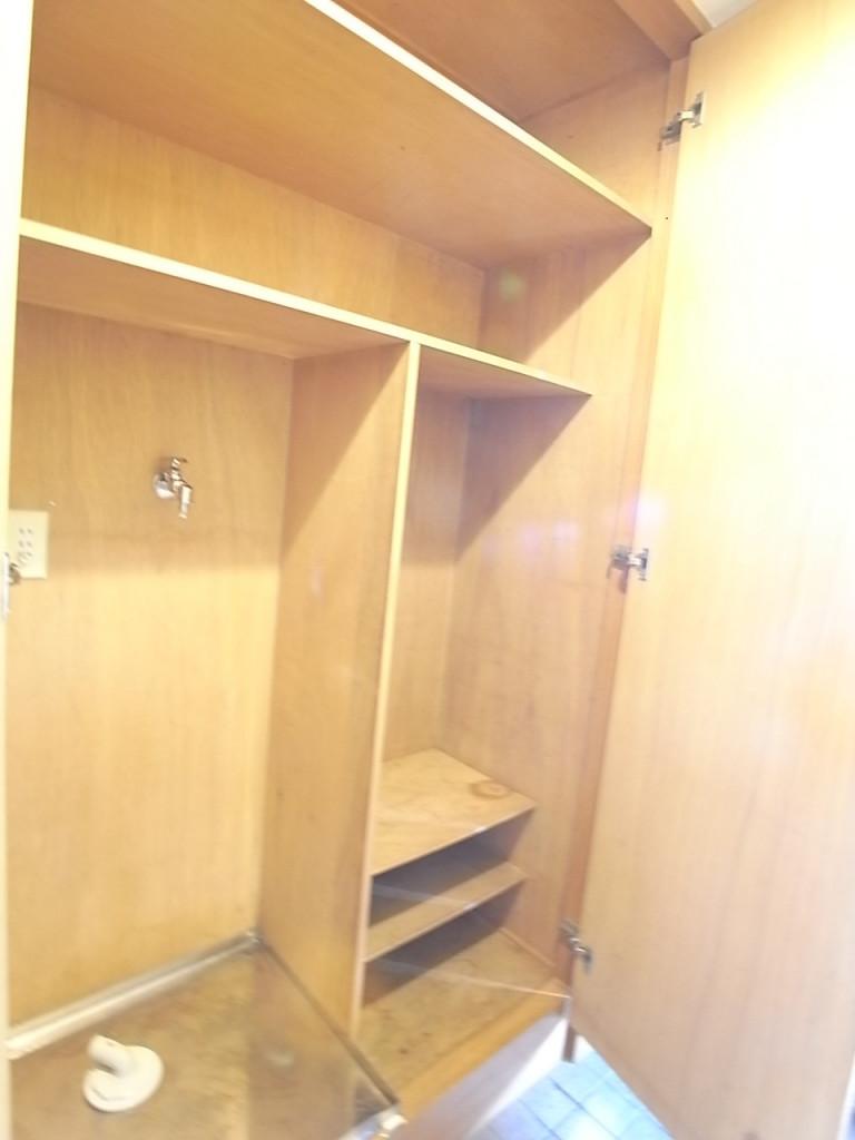 玄関収納と洗濯機置場