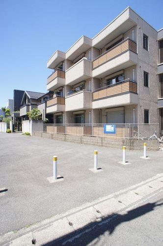 東急東横線武蔵小杉・新丸子駅にほぼ等距離で何れも平坦な道のりです。