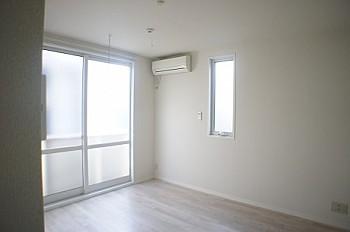 白を基調とした壁紙で1Fでも明るいお部屋です。