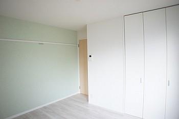 室内の一面だけお洒落なグリーン系の壁紙です。