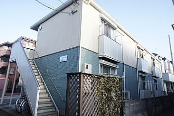 積水ハウス賃貸住宅「シャーメゾン」。L字型に建てられた角部屋の多い作りの1Kアパートです。