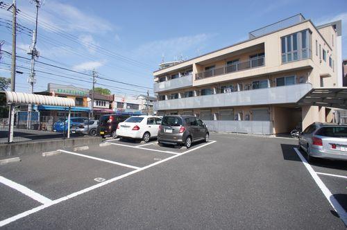 積水ハウスの賃貸住宅シャーメゾン・敷地内駐車場有り。専有面積広々27㎡です。
