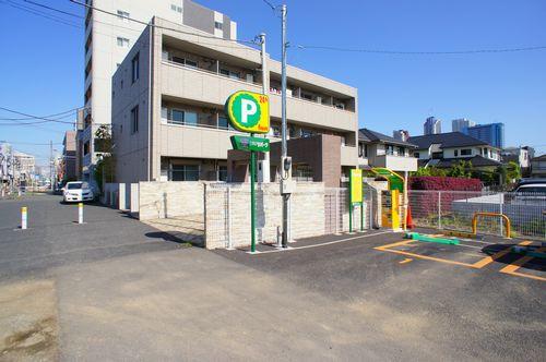 積水ハウスの賃貸住宅「シャーメゾン」です。集合玄関にはオートロックが備わっており、駐輪場完備です。