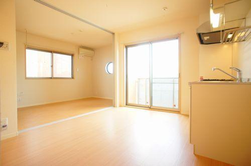 洋室は2面採光で通気も良いです。