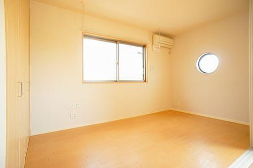 洋室の丸い窓がワンポイント。