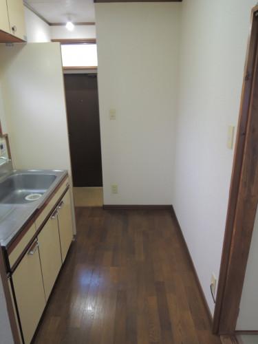 キッチンより玄関方向になります。
