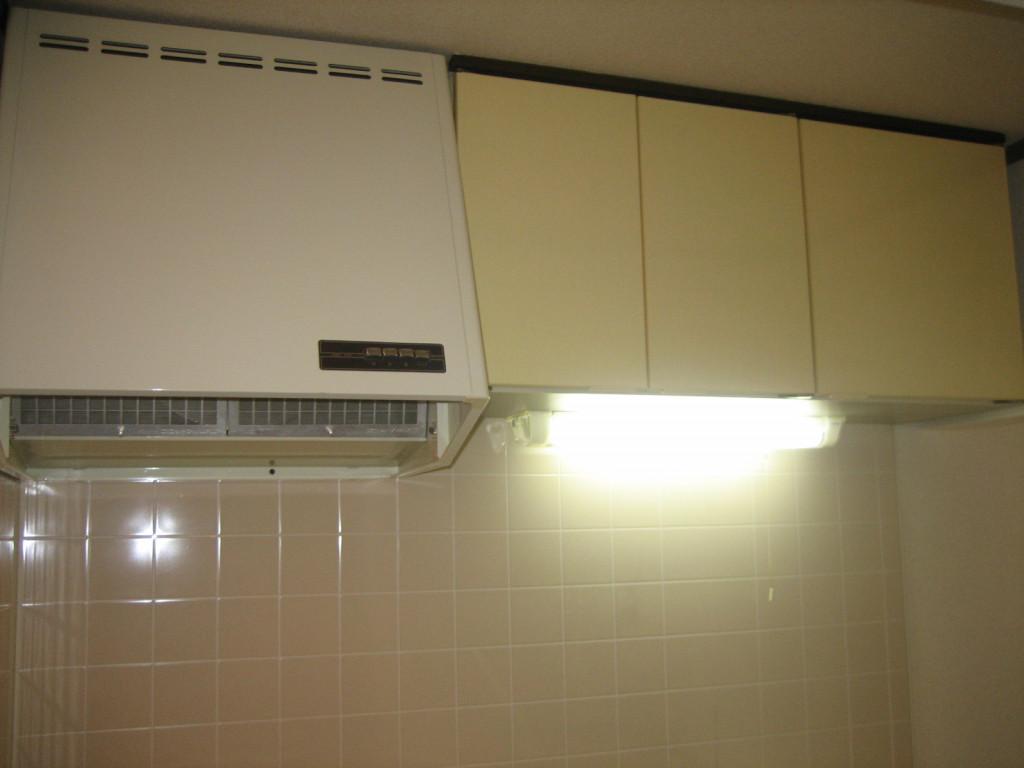 キッチン台の上部に吊り戸棚があります。