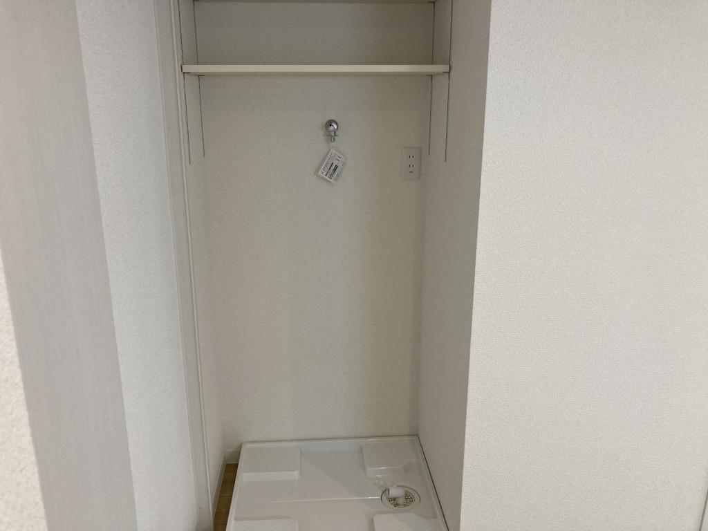 洗濯機置場上部棚があります。