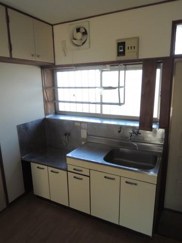 小窓のある明るいキッチン台です!