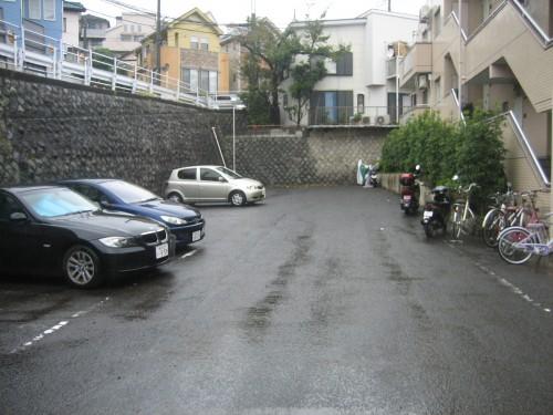敷地内駐車場・バイク置場有!