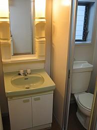 洗面のサイドにトイレがあります!