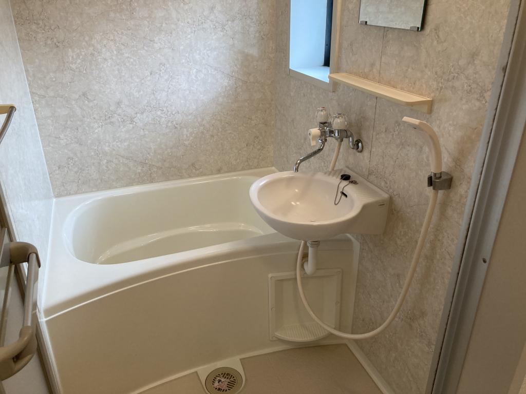 小窓のあるゆったりした浴室内です!