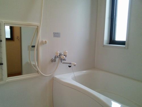 小窓のある浴室内です。