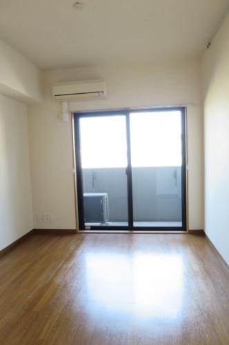 エアコン付きの洋室です。