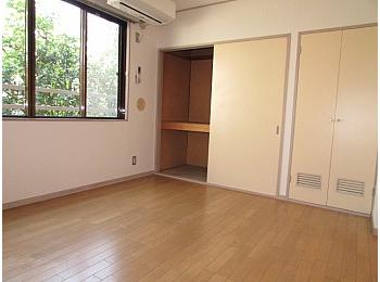 洋室7帖 緑が見える広めのお部屋で心が安らぎます♪