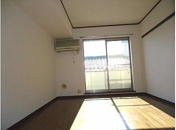 洋室6帖 南向きのため、日当たり良好な明るいお部屋♪